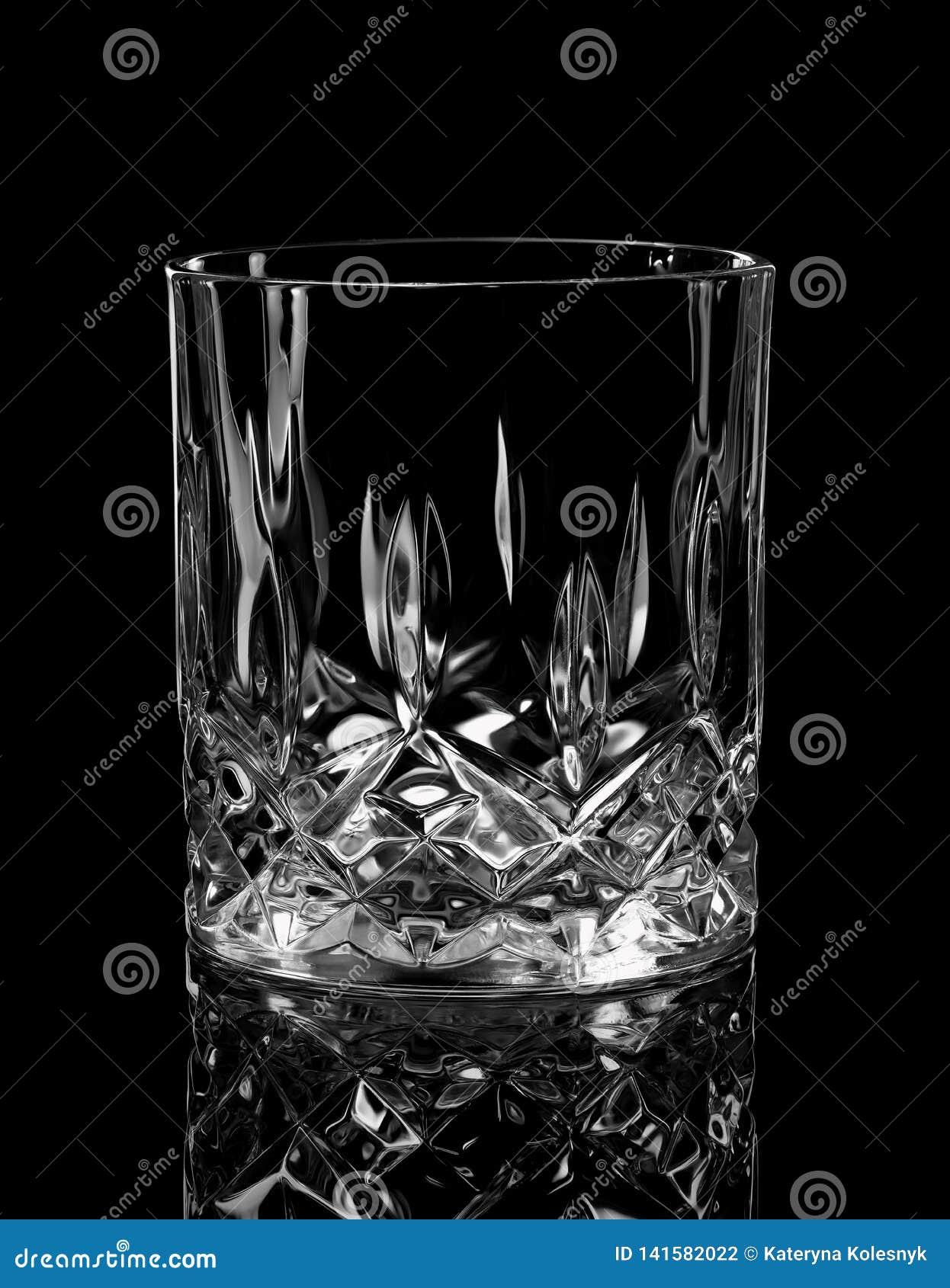 Vidrio del whisky en negro