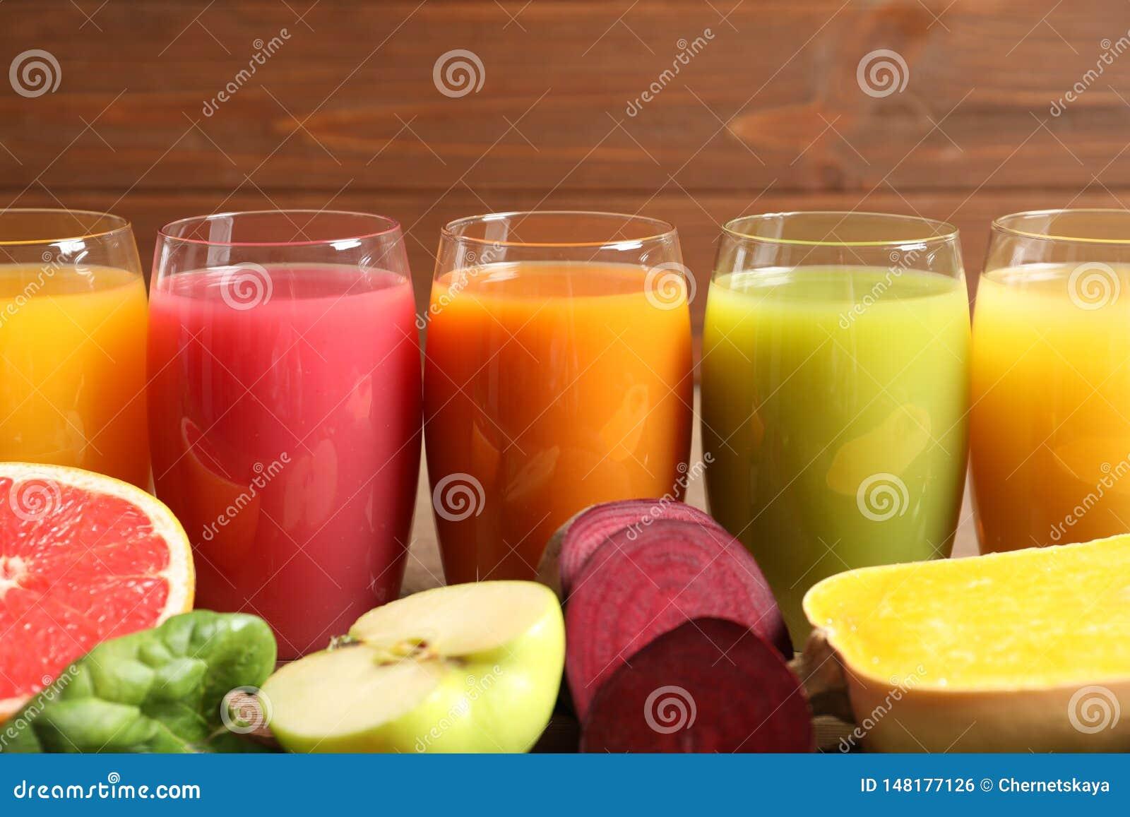 Vidrios con diversos jugos y los ingredientes frescos