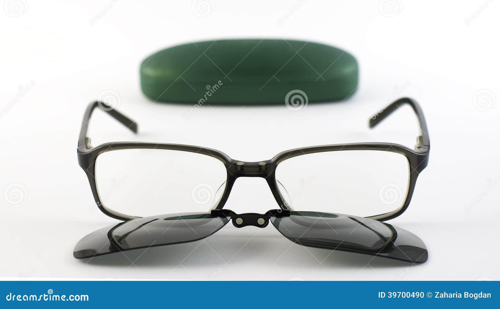 Vidrios Con El Clip Magnético De Las Gafas De Sol Al Lado De Su Caso ...