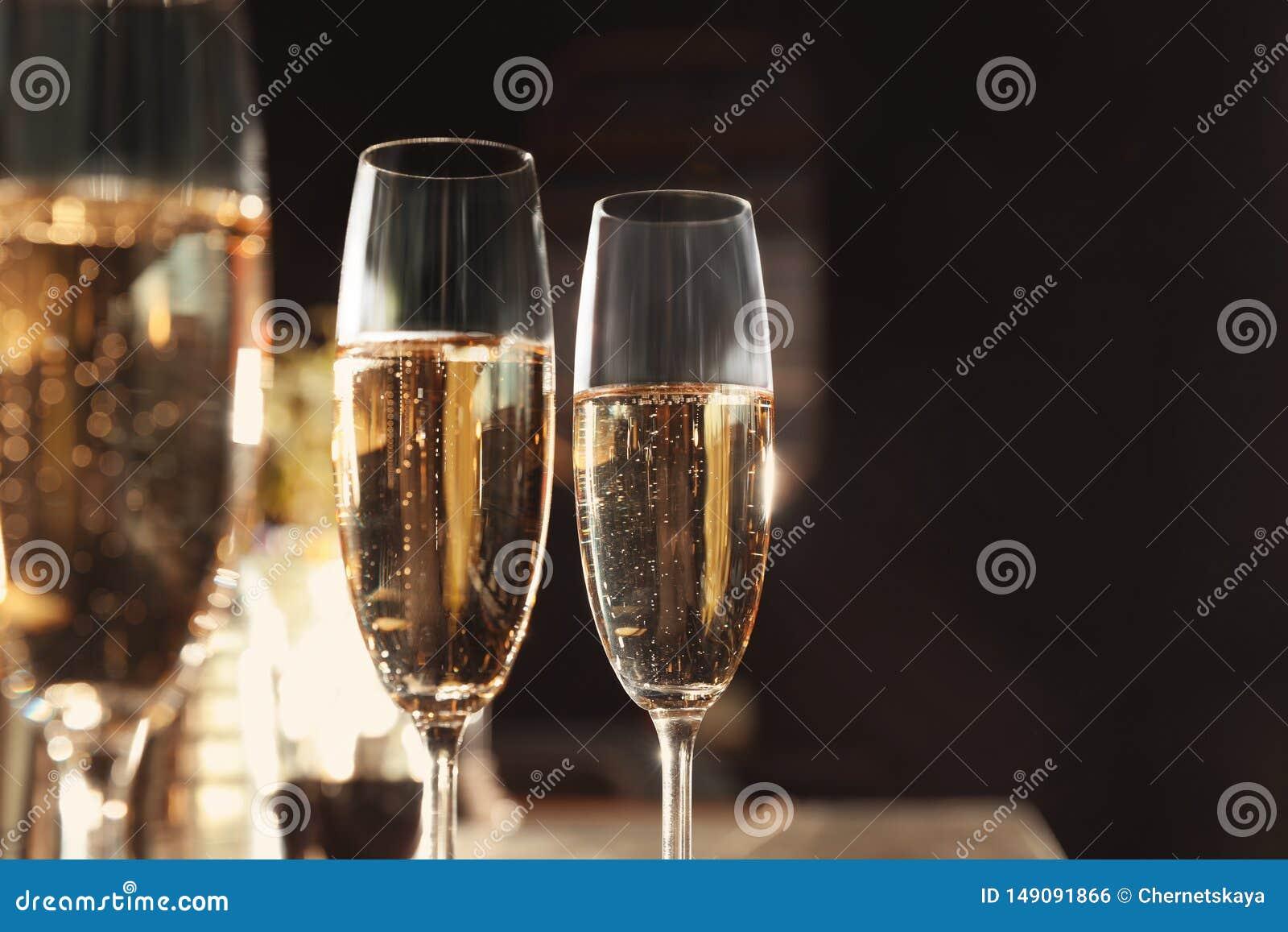 Vidrios de champán en barra