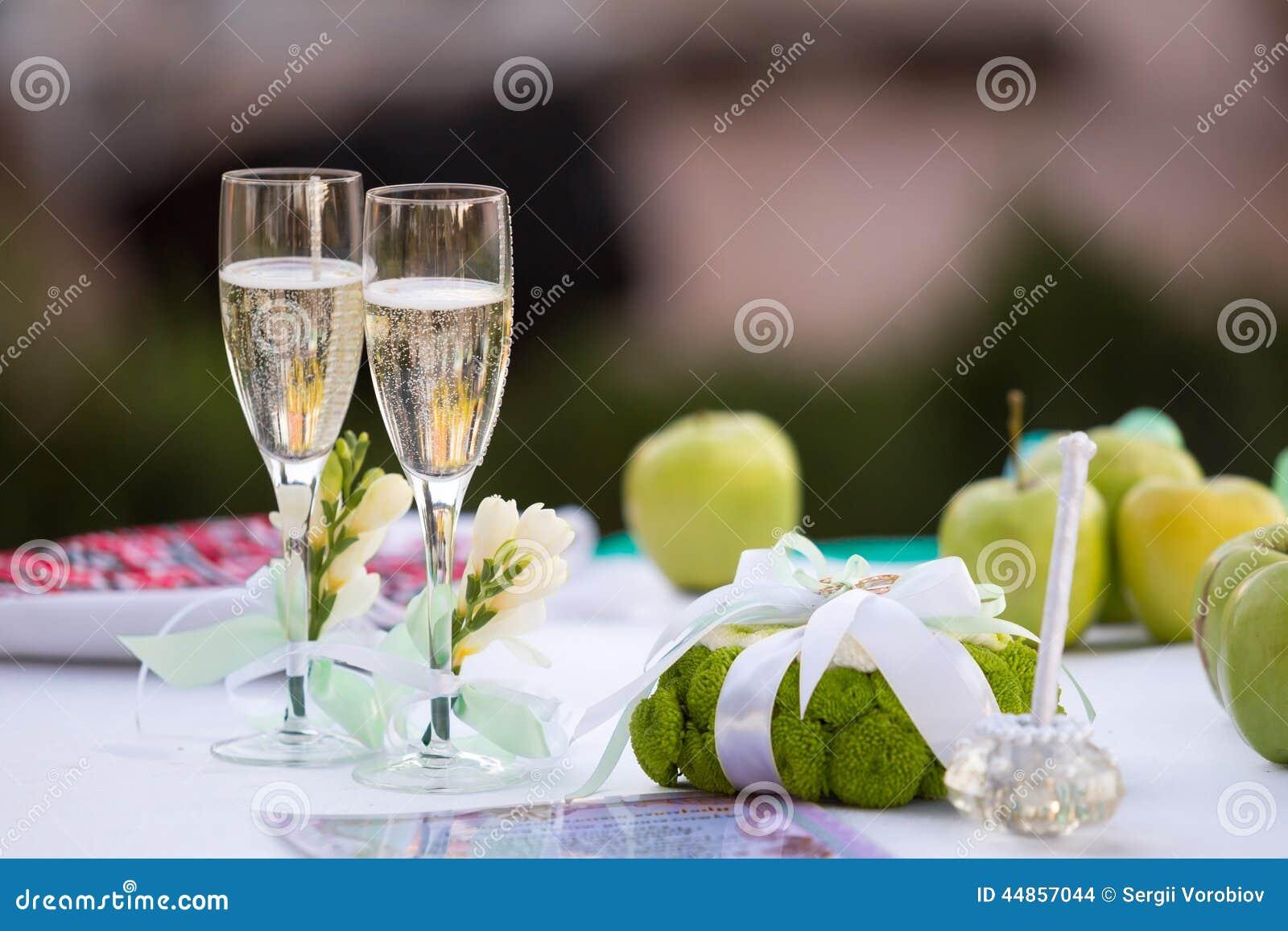 Vidrios de Champán en la tabla de la boda
