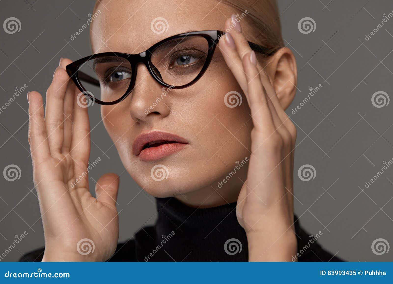 Vidrios de la moda de las mujeres Muchacha en el marco de las gafas, lentes elegantes