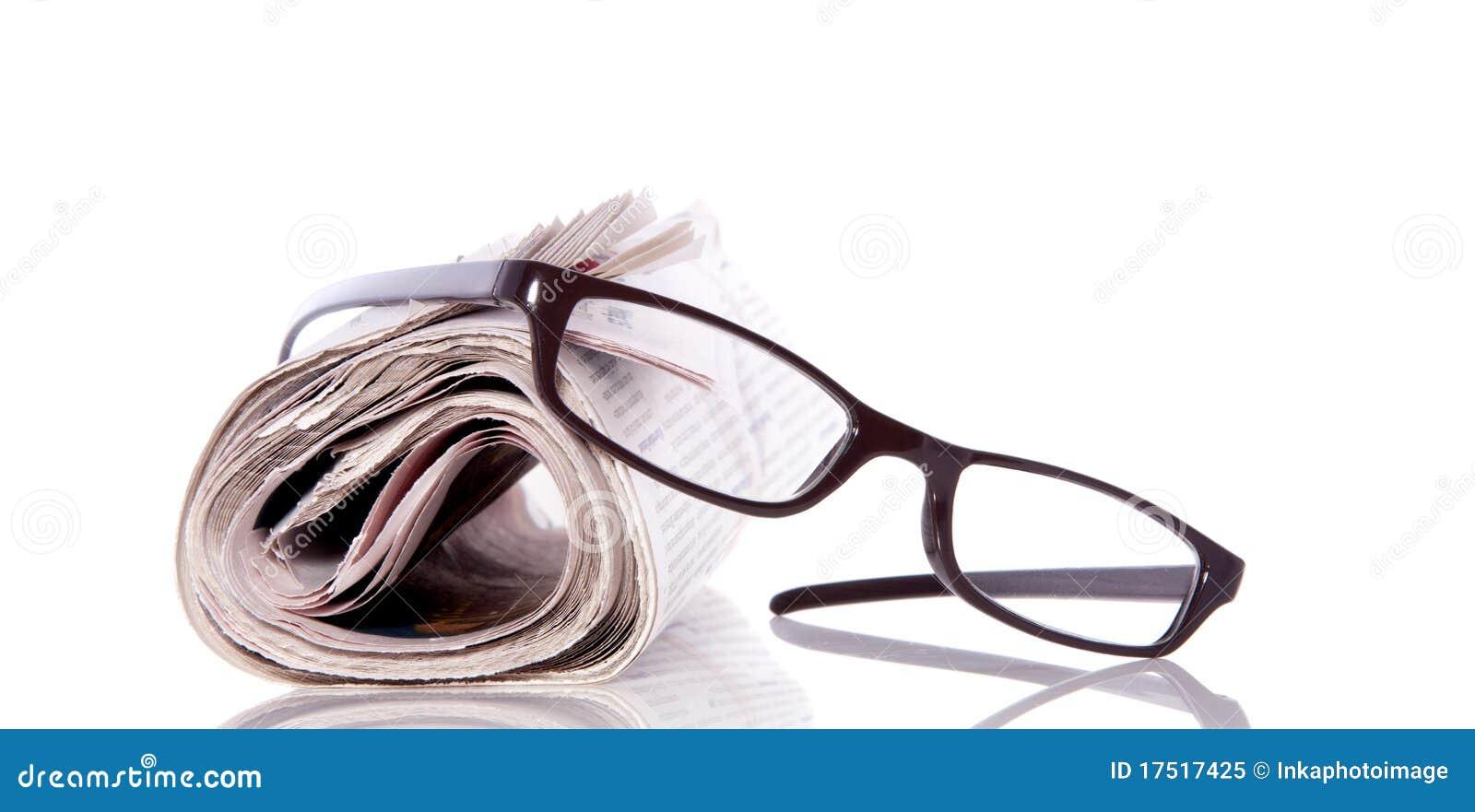 Vidrios de lectura en el periódico