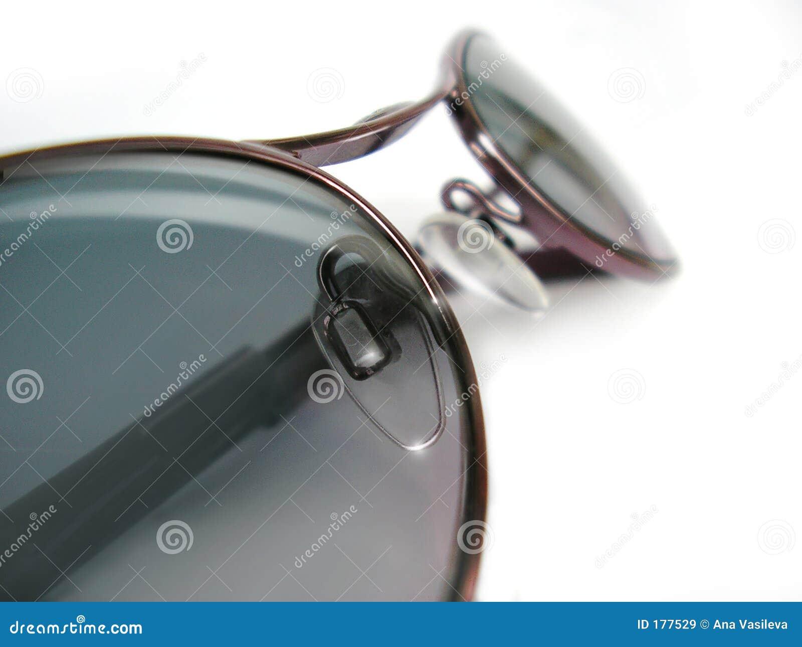 Vidrios de Sun en el fondo blanco