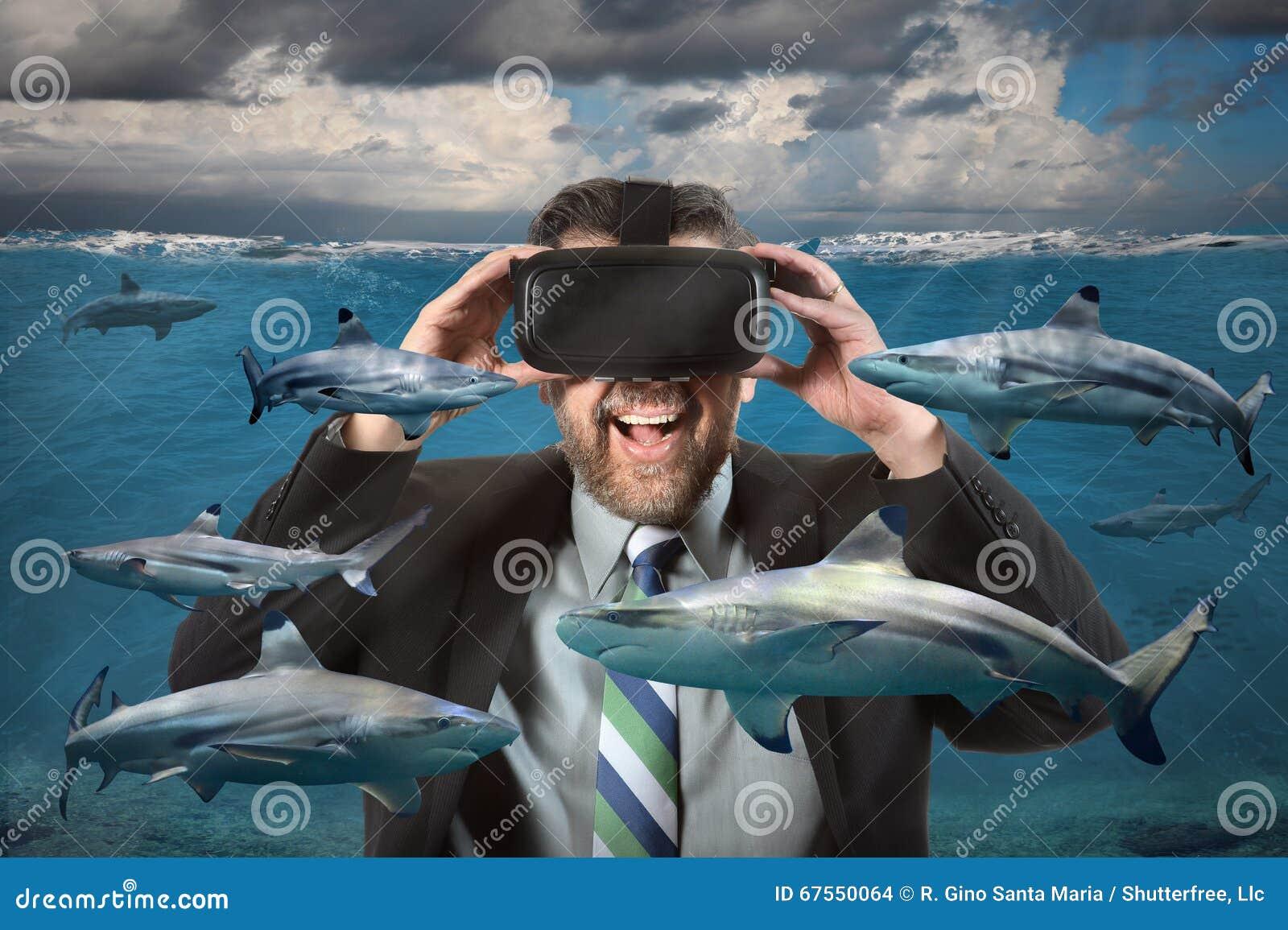 Vidrios de Using Virtual Reality del hombre de negocios que ven tiburones