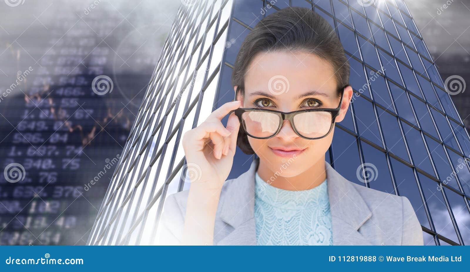 Vidrios que llevan de la empresaria y edificios altos con el fondo económico de las finanzas