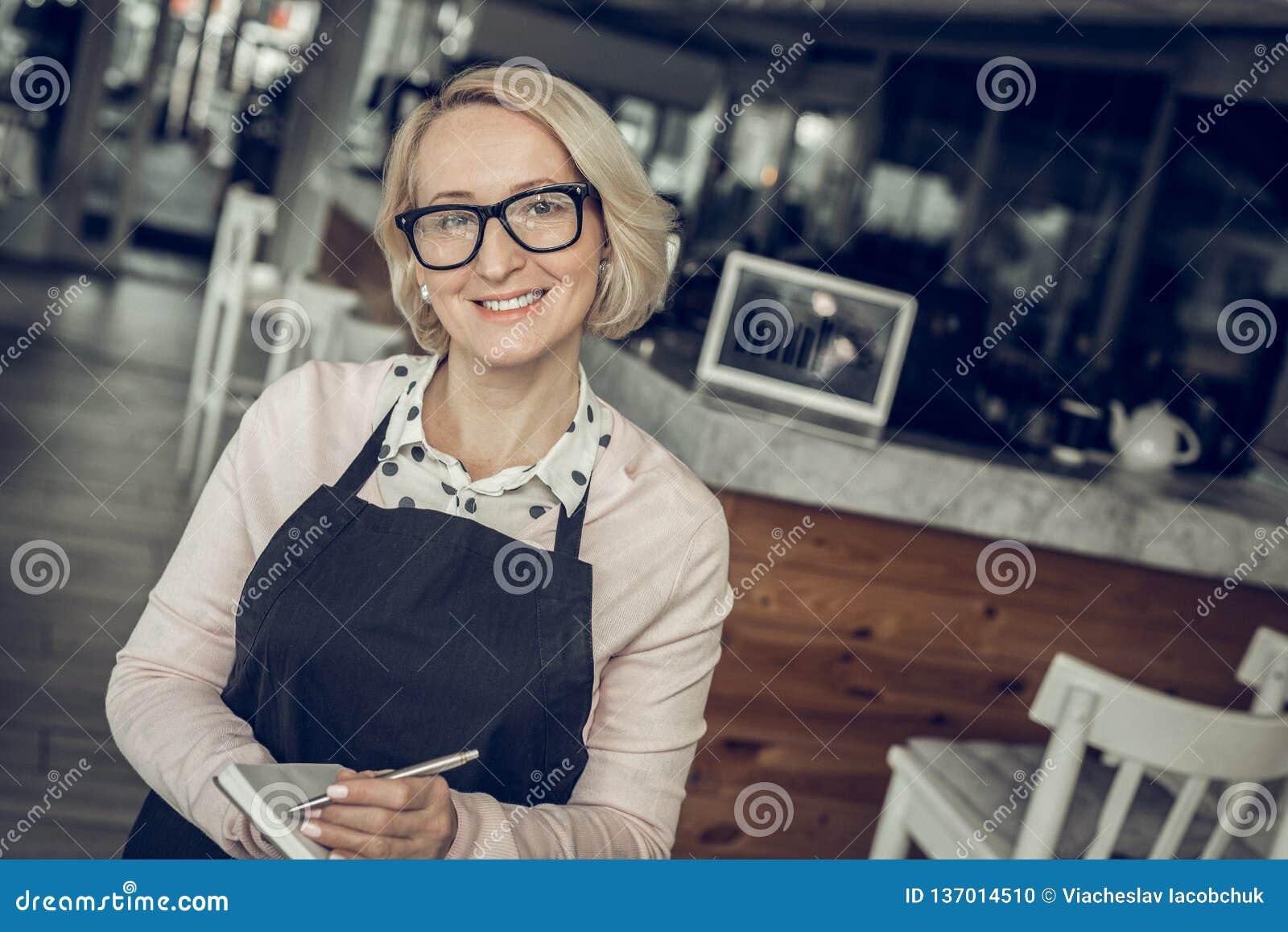 Vidrios que llevan del empresario acertado que se colocan en su café