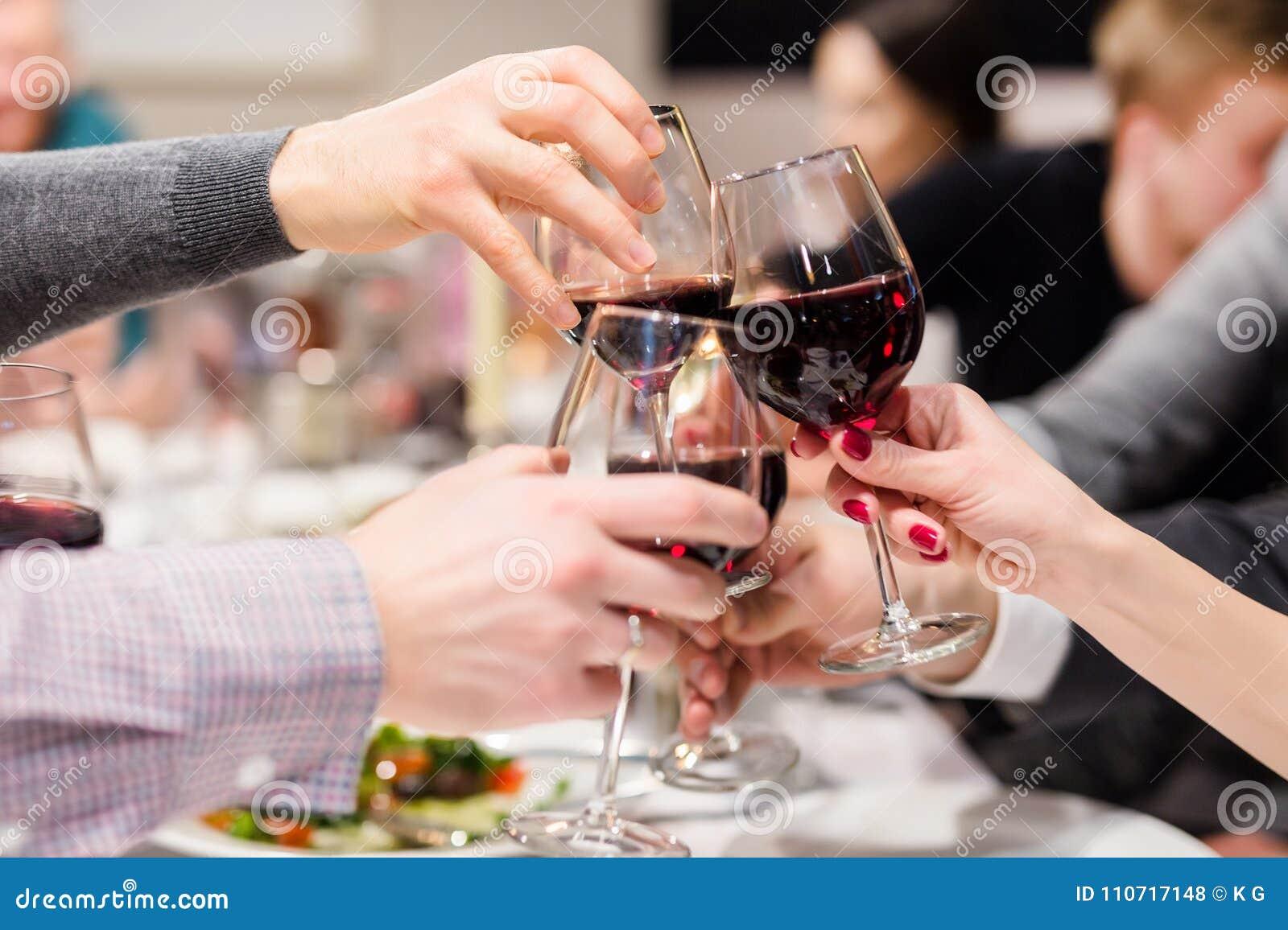 Vidrios que tintinean de vino Alegrías después del discurso Partido en el café o el restaurante Celebración o aniversario de fami