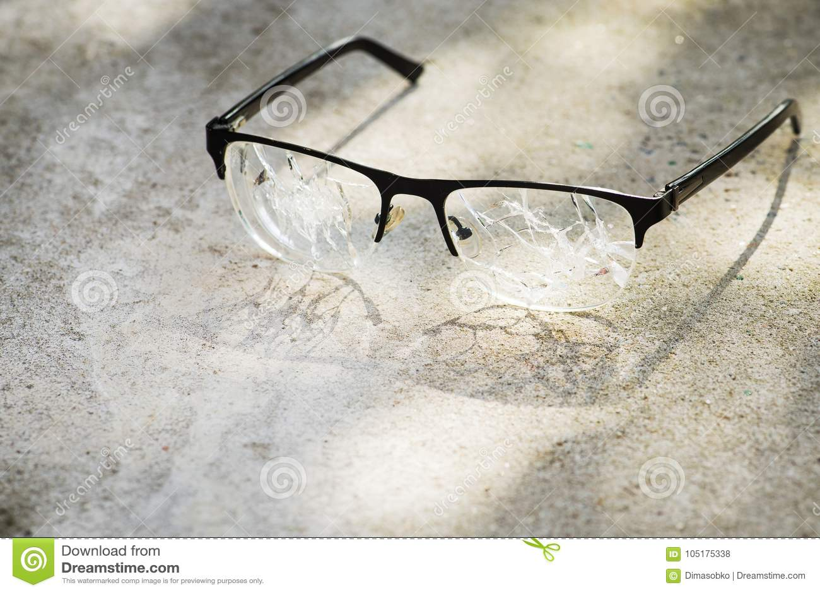 Vidrios quebrados en el asfalto