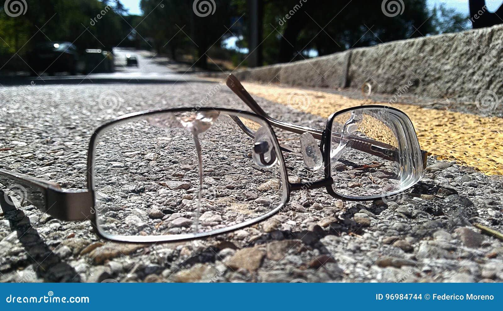 Vidrios quebrados en el camino