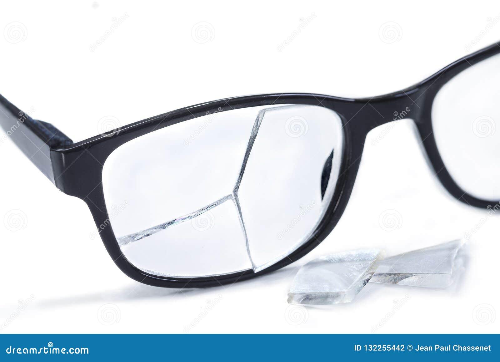 Vidrios quebrados en fondo del awhite Concepto de fracaso