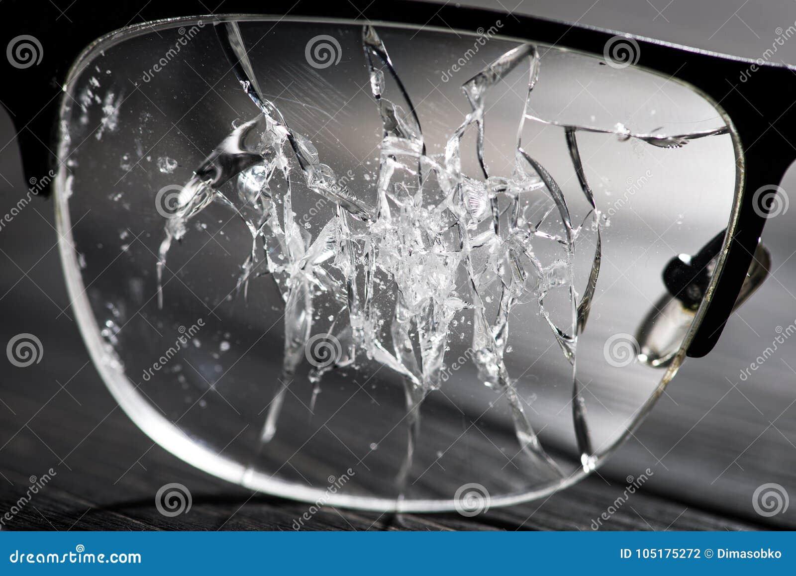 Vidrios quebrados en una tabla de madera