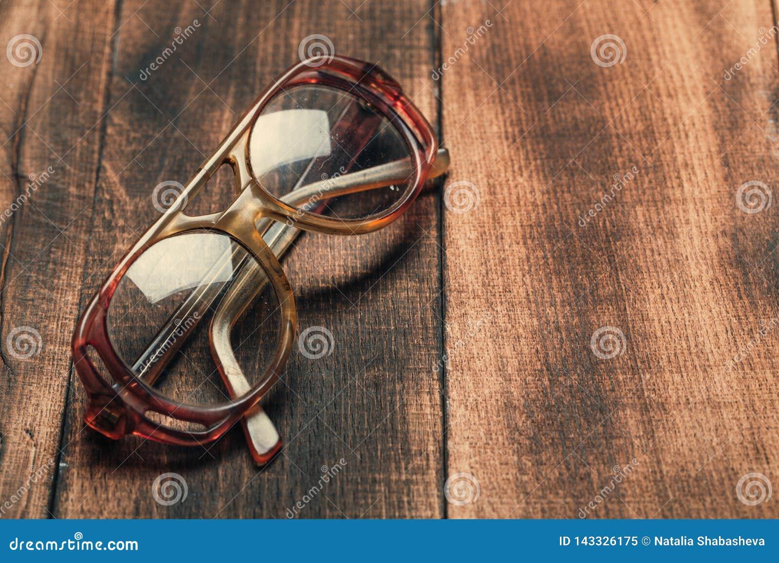 Vidrios viejos en superficie de madera