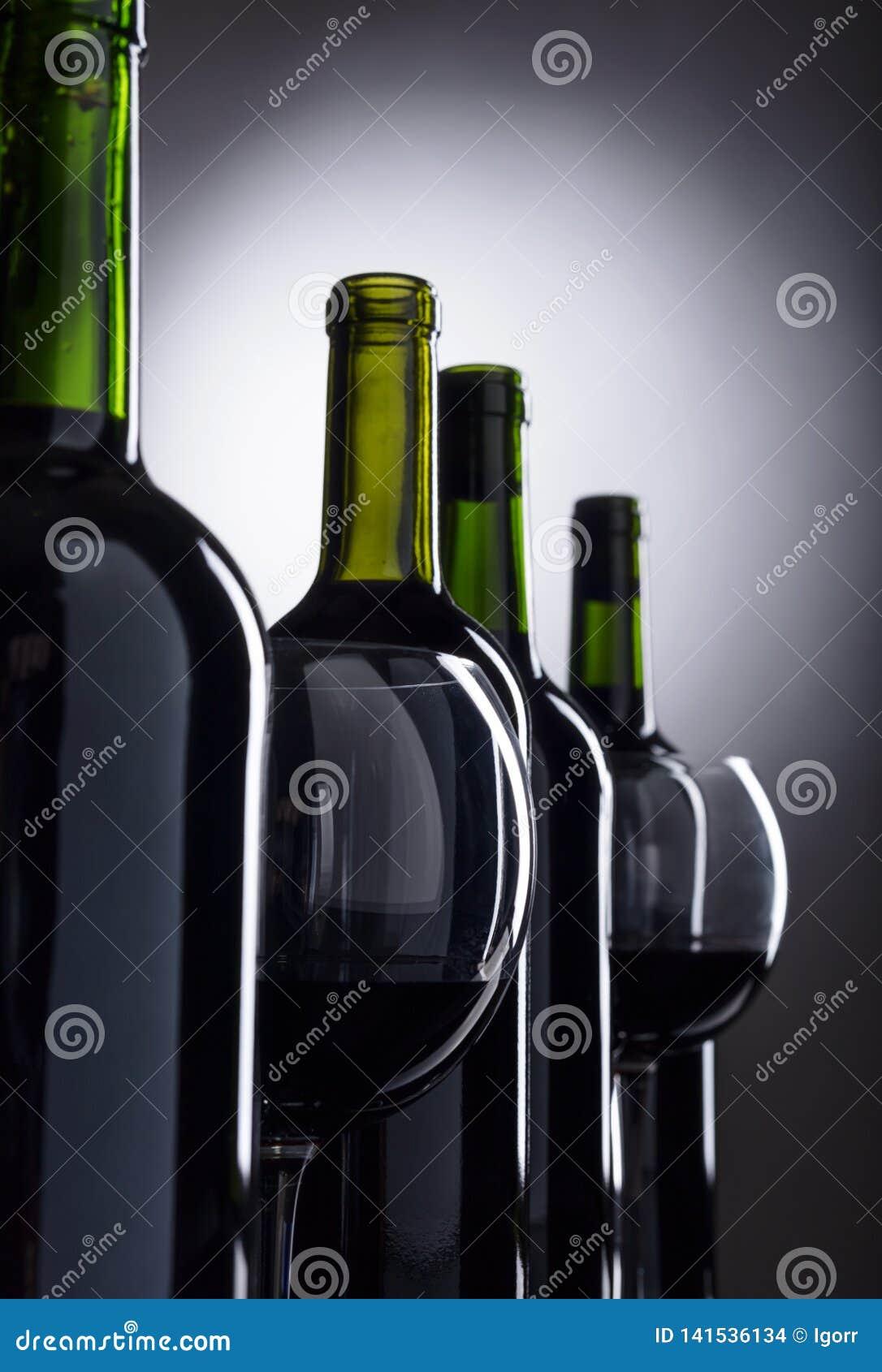 Vidrios y botellas de vino rojo