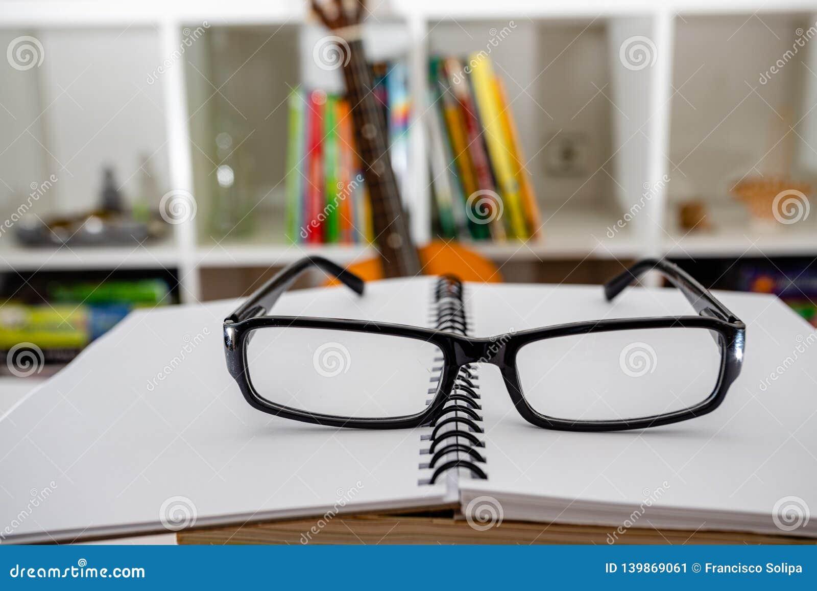 Vidrios y cuaderno en la tabla dentro Preparación para el examen