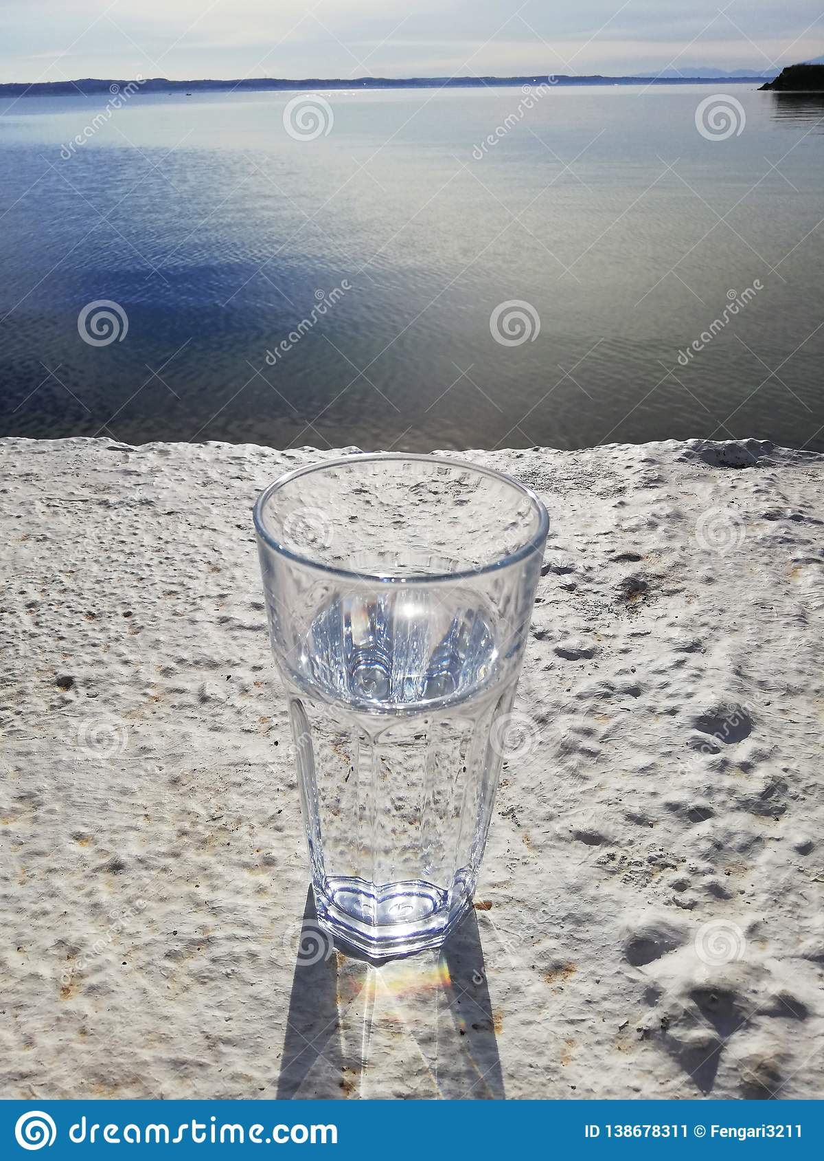 Vidro da água no beton com opinião do mar