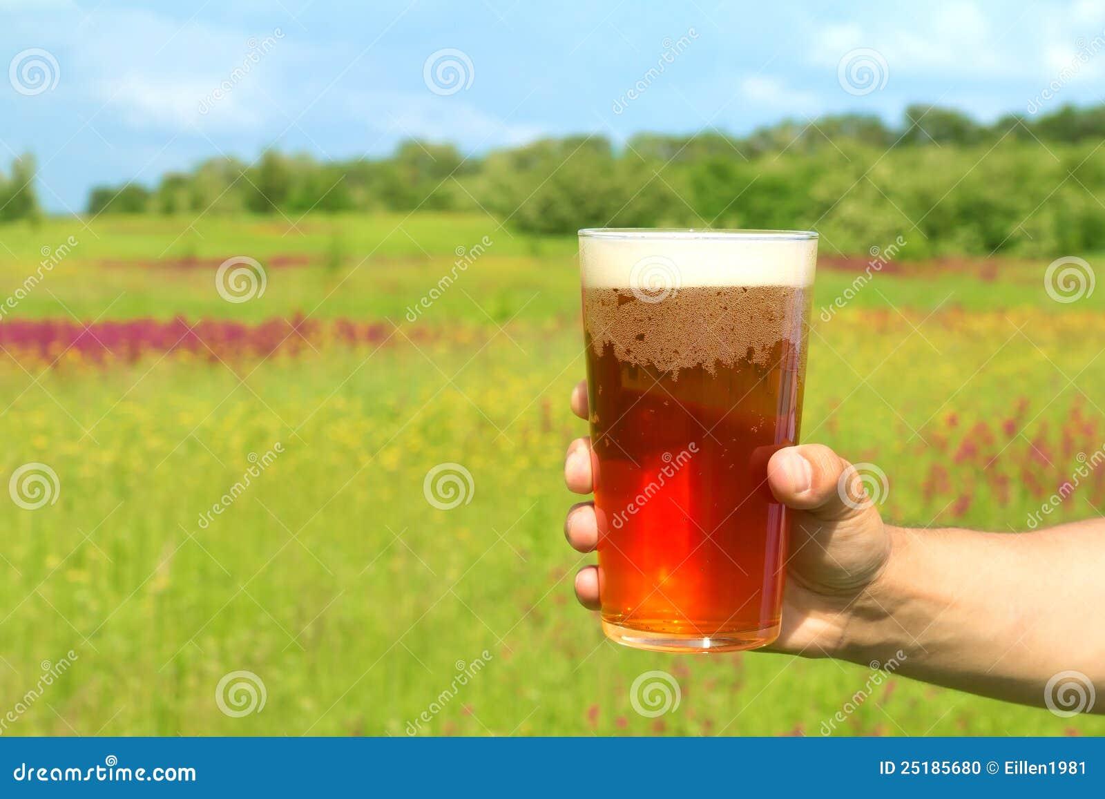 Vidro da cerveja na mão