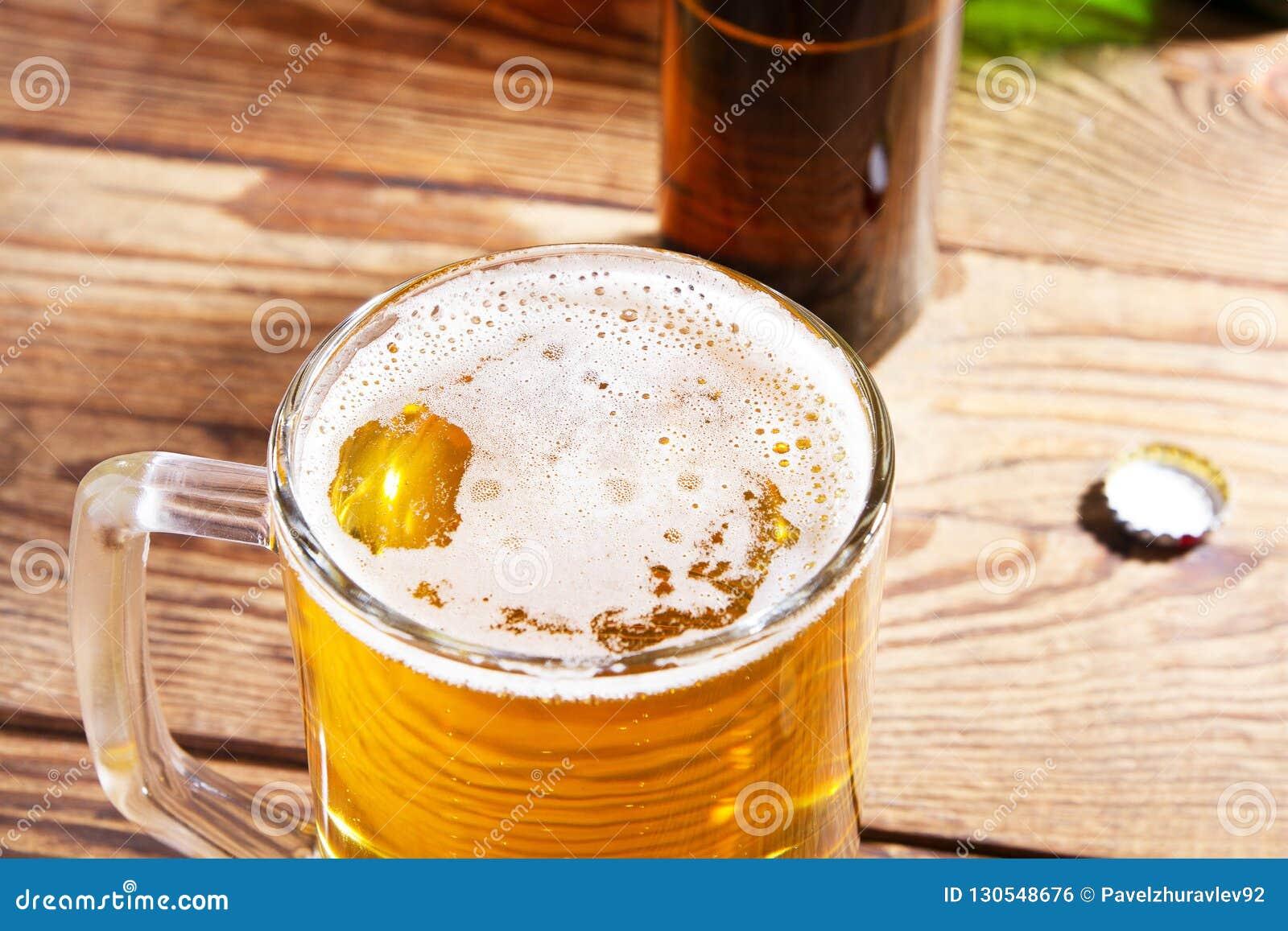 Vidro da cerveja na tabela de madeira, vista superior Frascos de cerveja Foco seletivo Zombaria acima Copie o espaço molde blank
