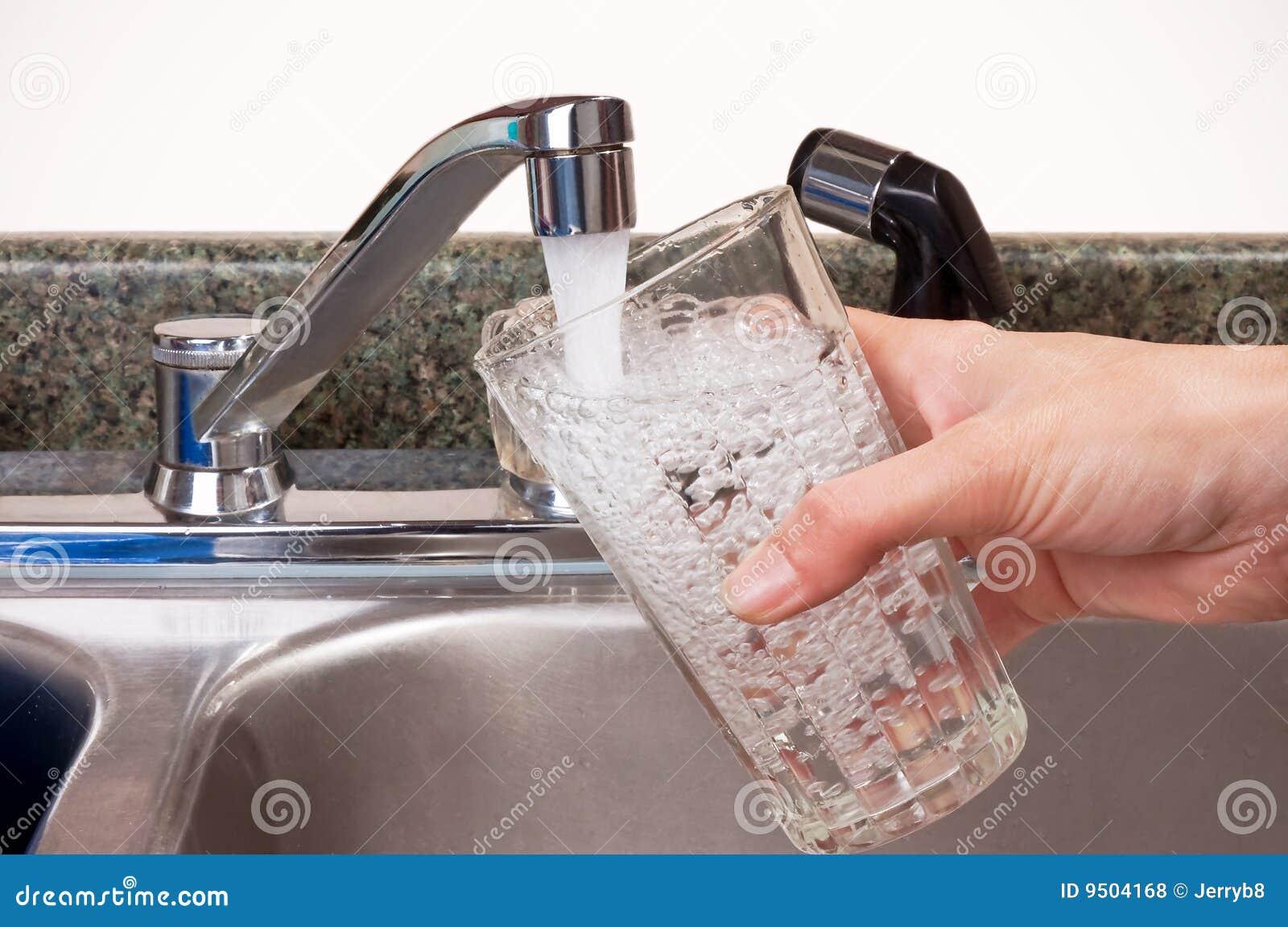 Vidro de enchimento da pessoa da torneira
