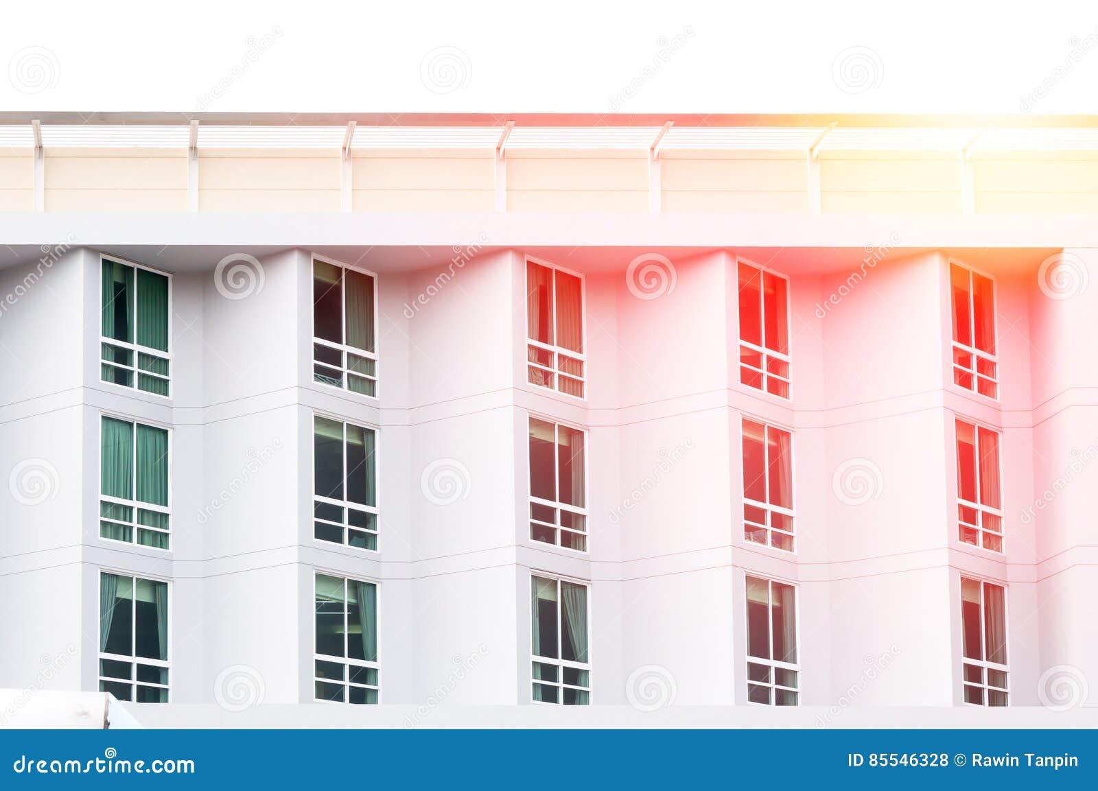 Vidro de janela moderno, construção moderna do condomínio com grandes janelas