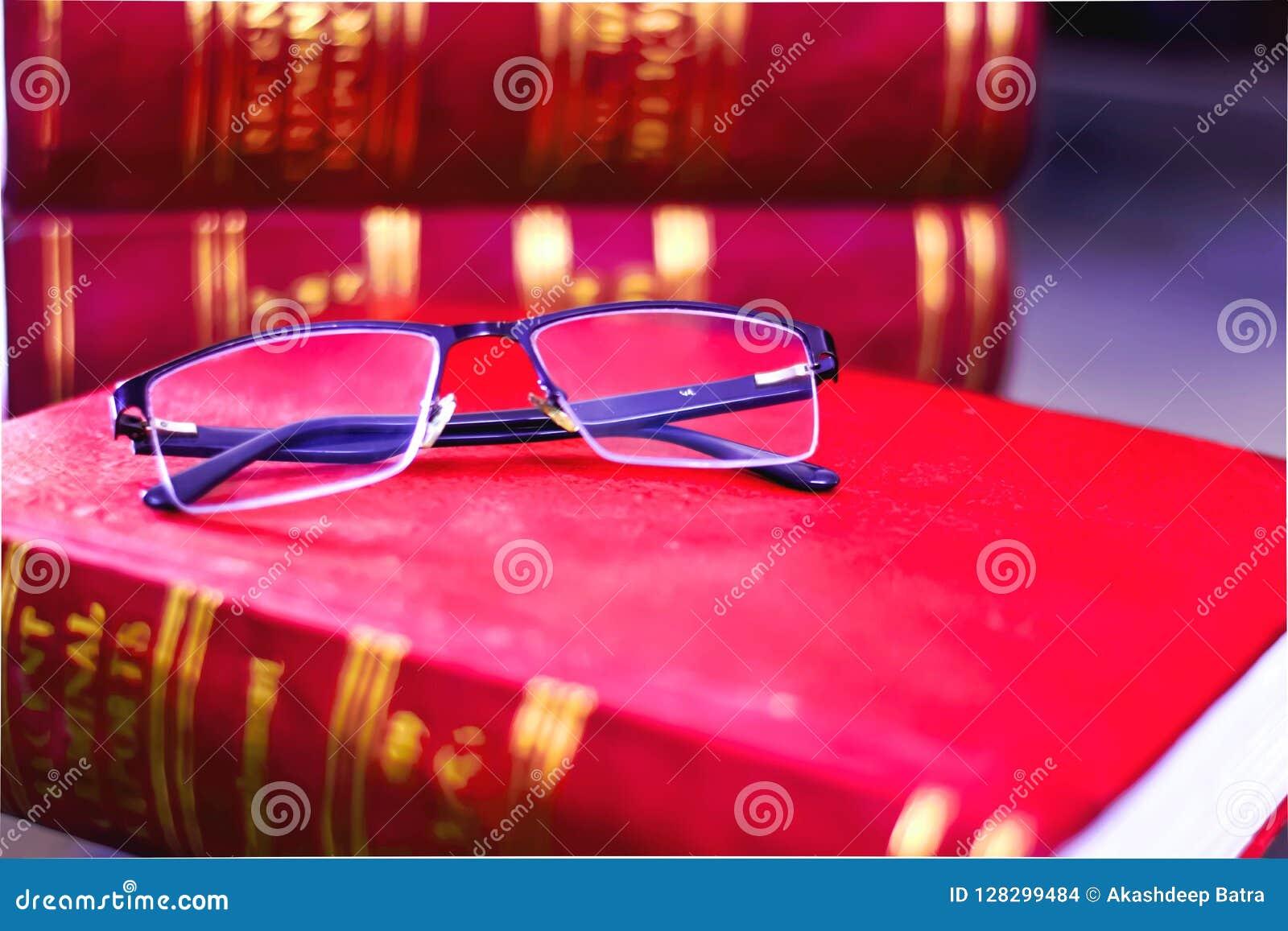 VIDRO DE LEITURA EM LIVROS DE LEI EM UMA BIBLIOTECA