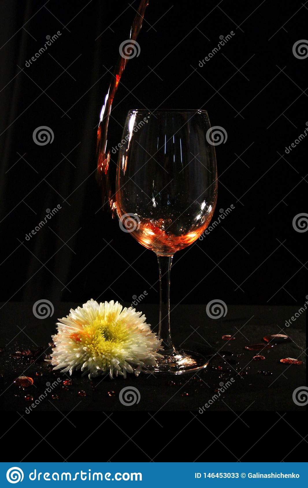 Vidro de vinho com flor