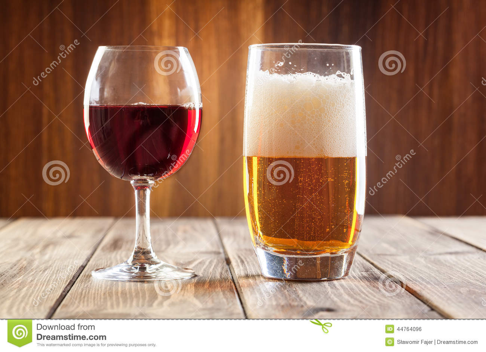 Vidro de vinho e vidro da cerveja clara