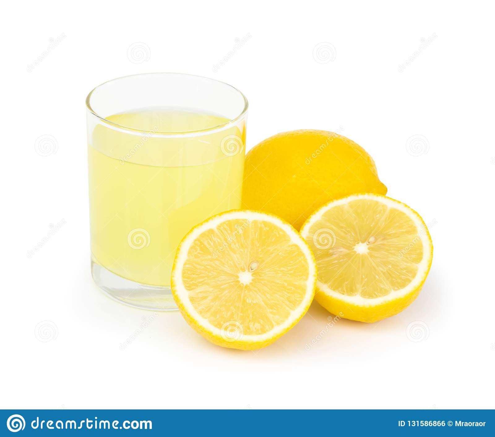 Vidro do close up da bebida do suco de limão isolada no fundo branco, conceito coberto de urzes do alimento