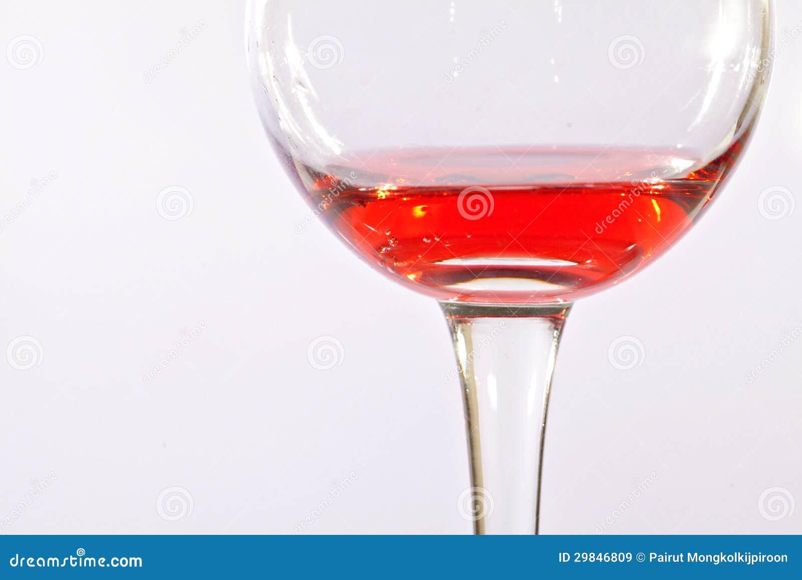Vidro do vinho tinto isolado no fundo branco