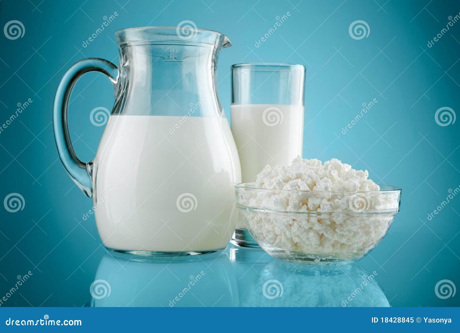 Vidro do jarro com leite e coalhada