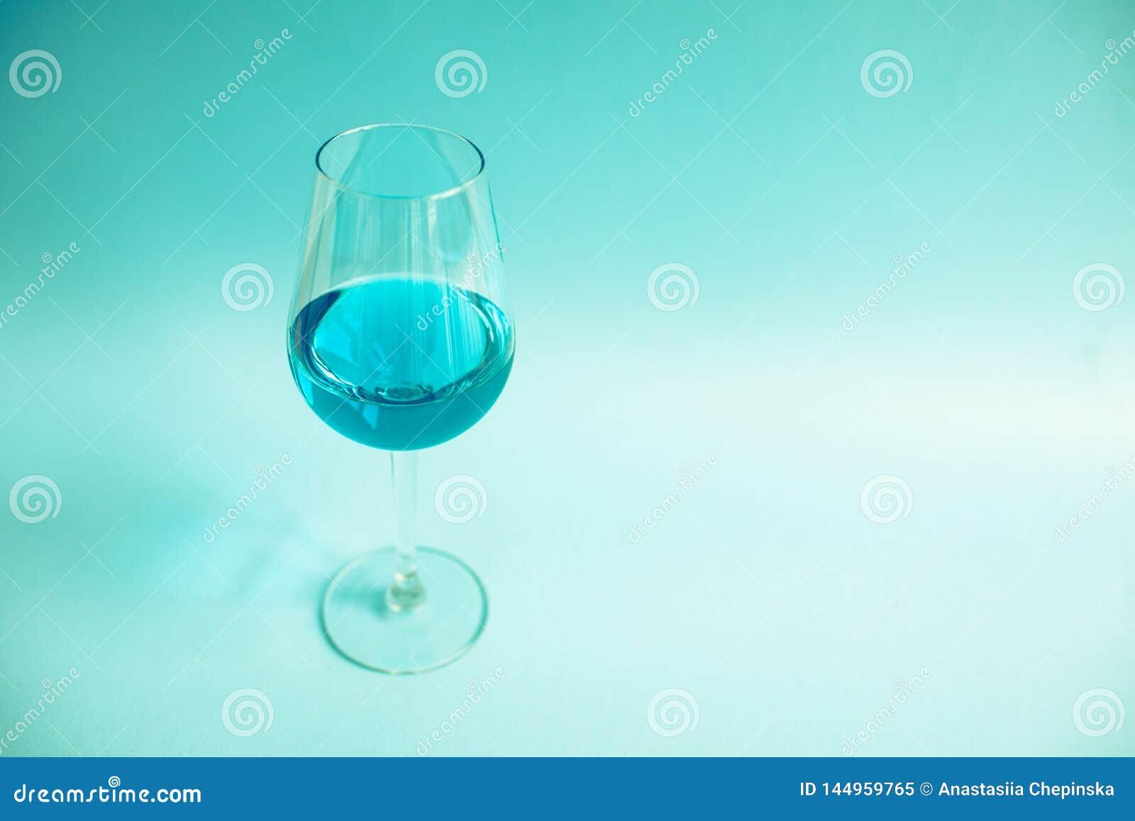 Vidro do vinho azul natural