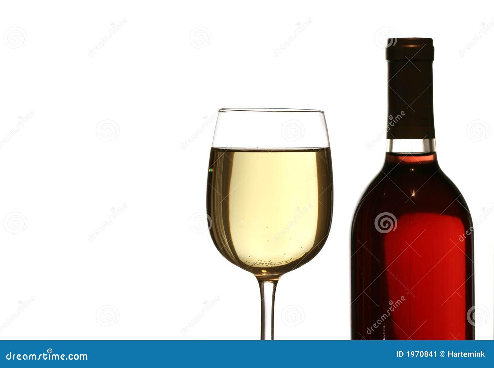Vidro do vinho branco, com o frasco de vinho vermelho