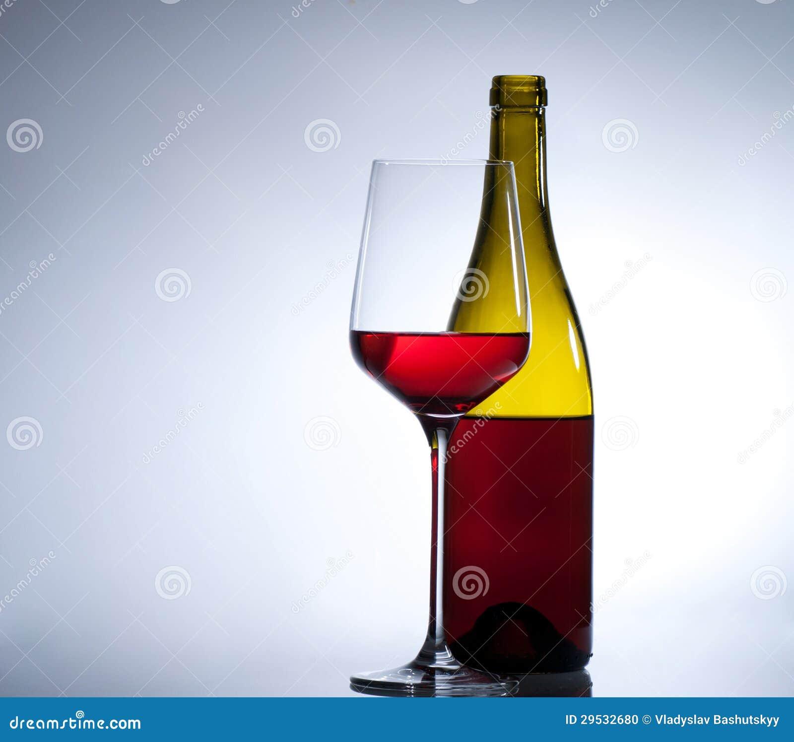 Vidro do vinho tinto e de uma garrafa