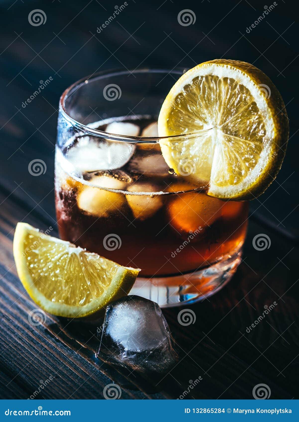 Vidro e chá com gelo
