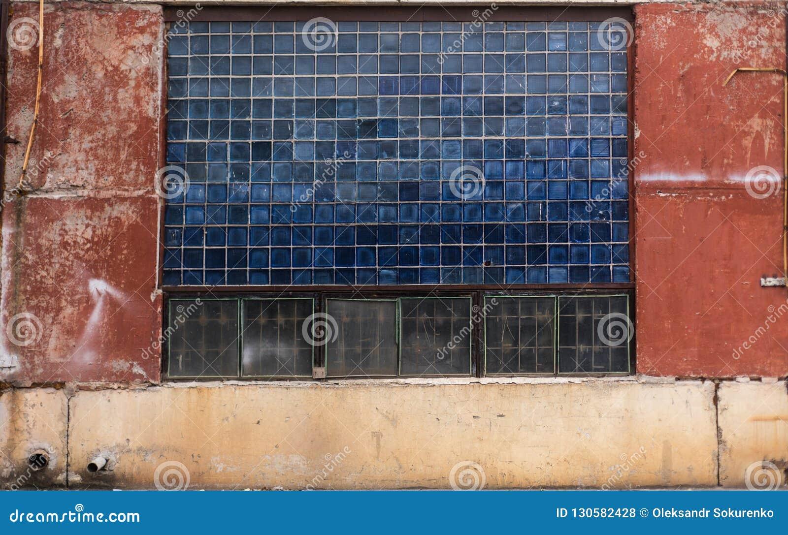 Vidro sujo velho do bloco e textura concreta pintada do armazém de URSS
