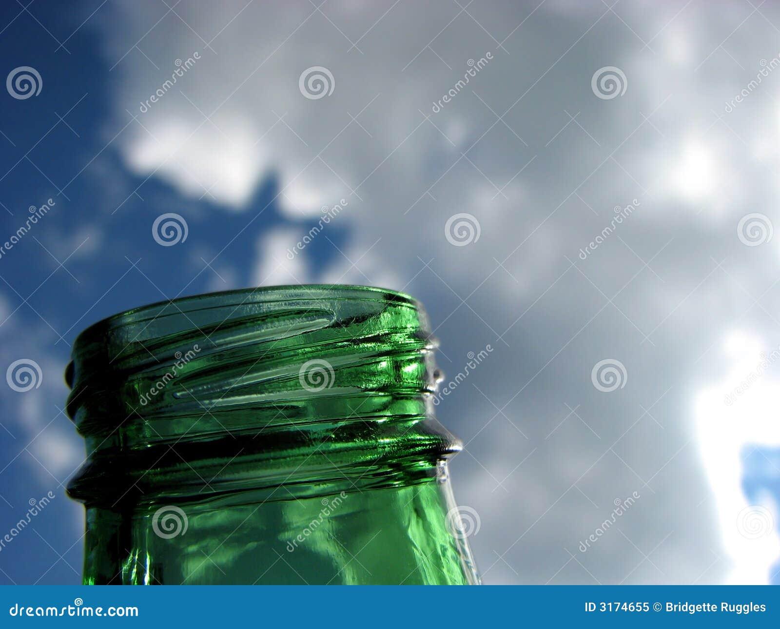 Vidro verde e céu azul