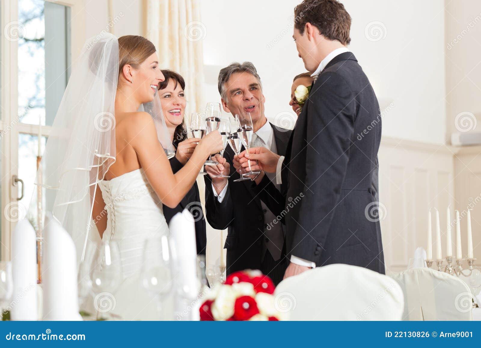 Vidros clinking do banquete de casamento