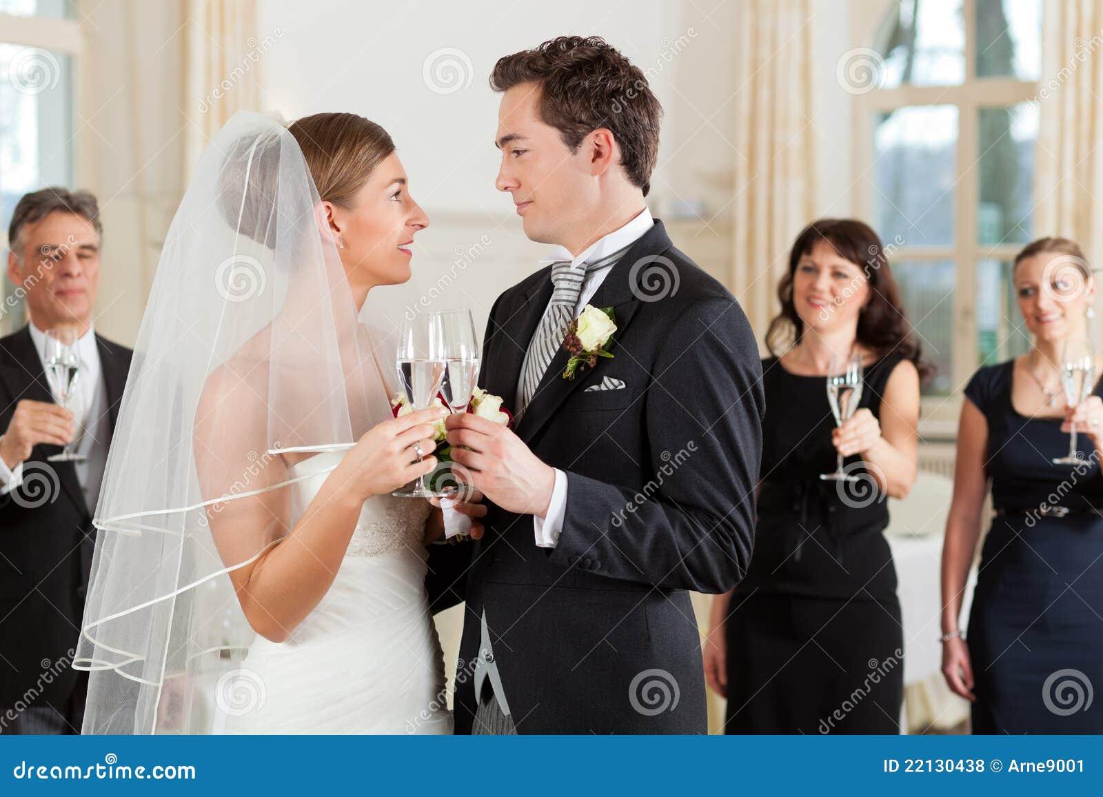 Vidros clinking dos pares nupciais