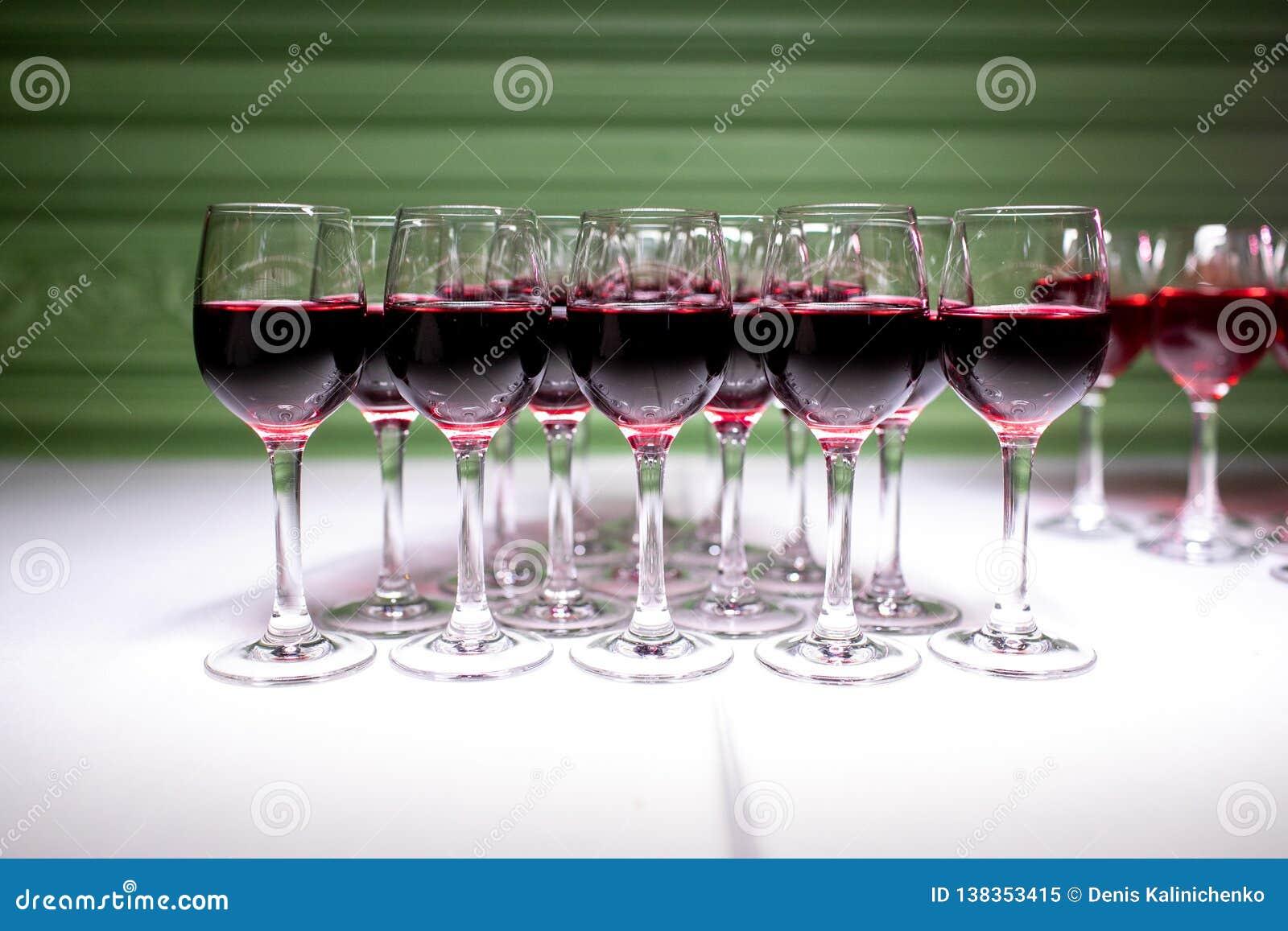 Vidros com bebida alcoólica