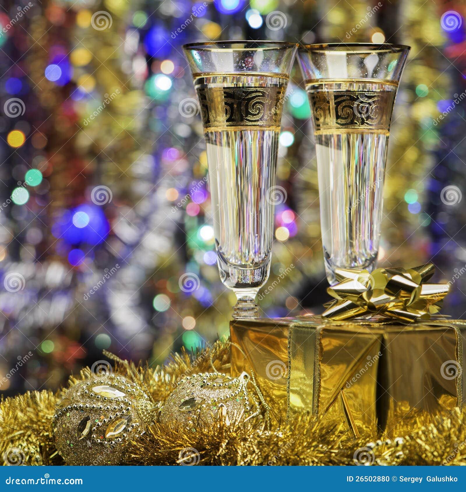 Vidros com champanhe e um presente