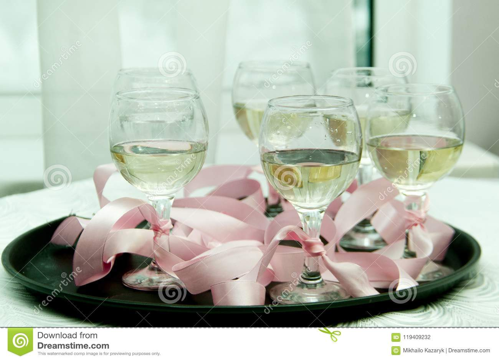 Vidros com champanhe em uma bandeja