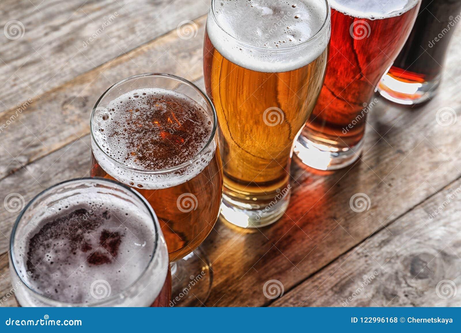 Vidros com tipos diferentes de cerveja saboroso fria