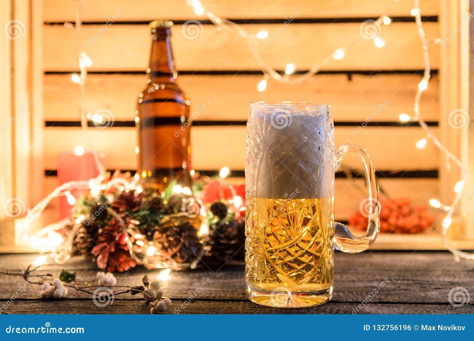 Vidros da cerveja clara em um fundo do bar