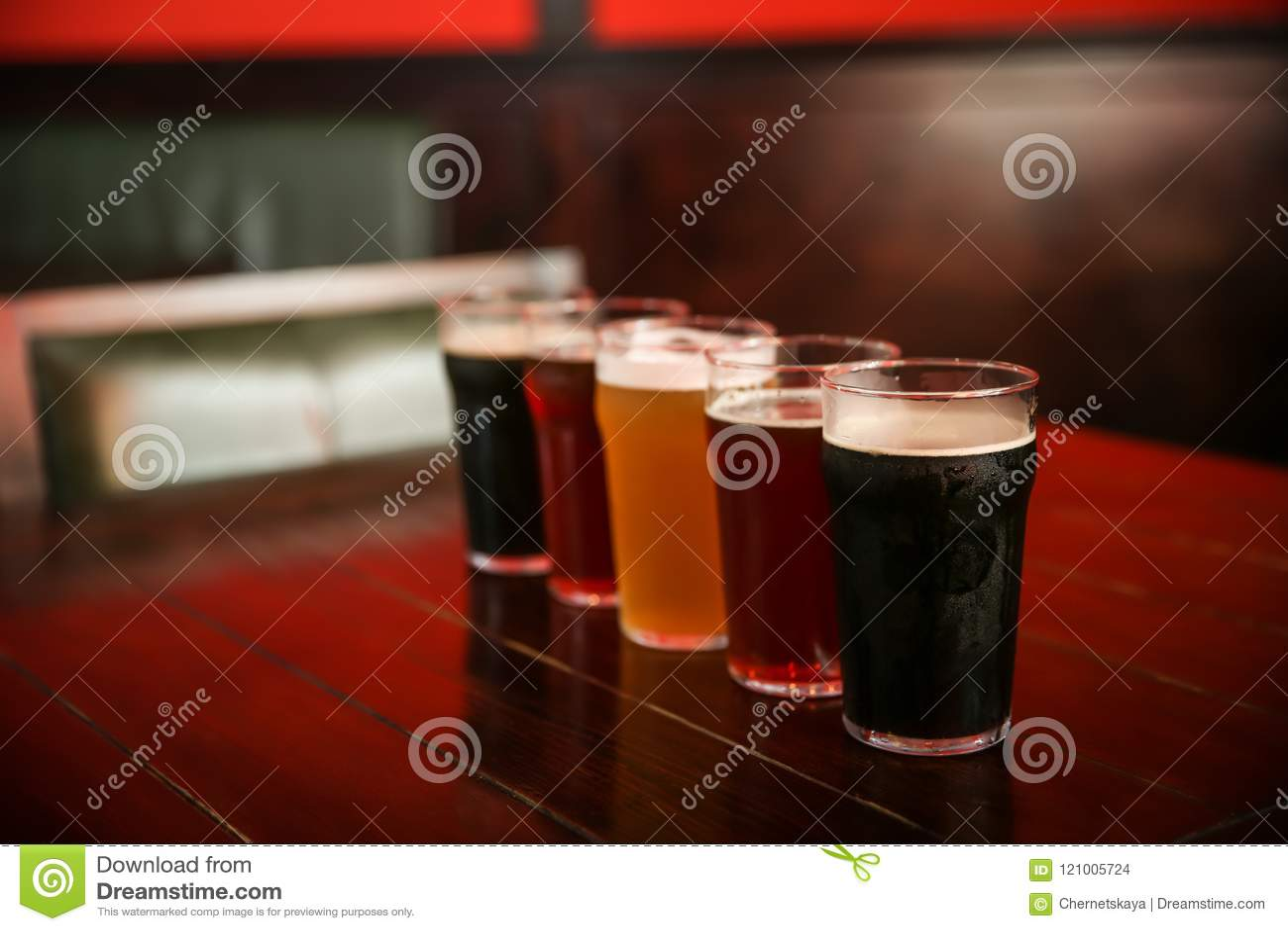 Vidros da cerveja diferente na tabela