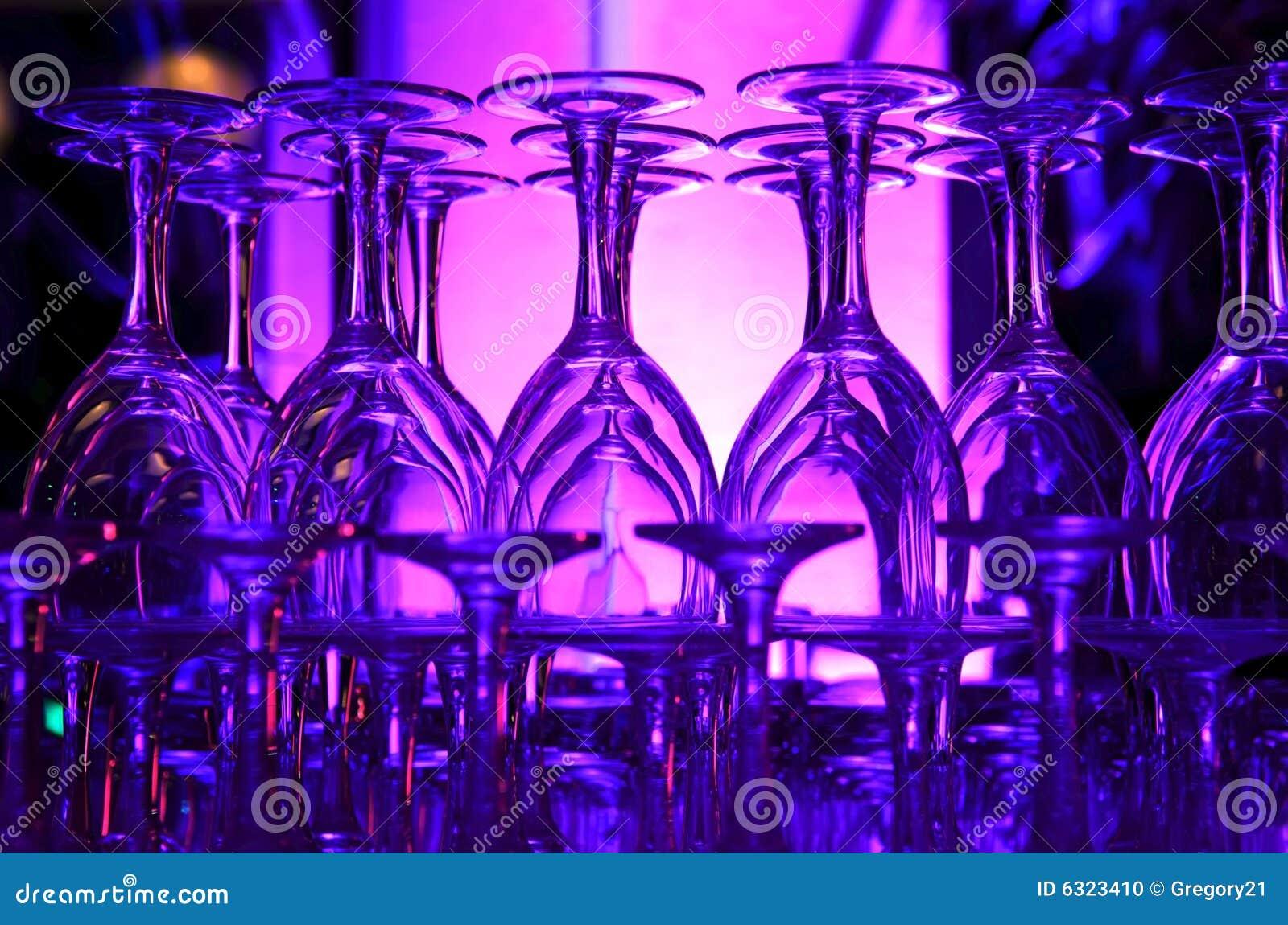 Vidros de vinho empilhados hued roxos
