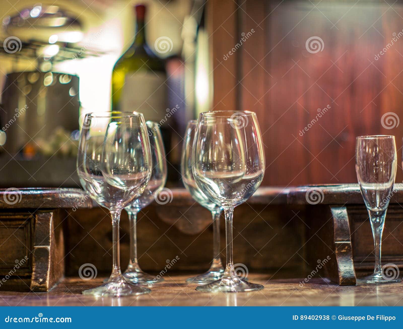 Vidros de vinho tinto em um restaurante em Milão - 4
