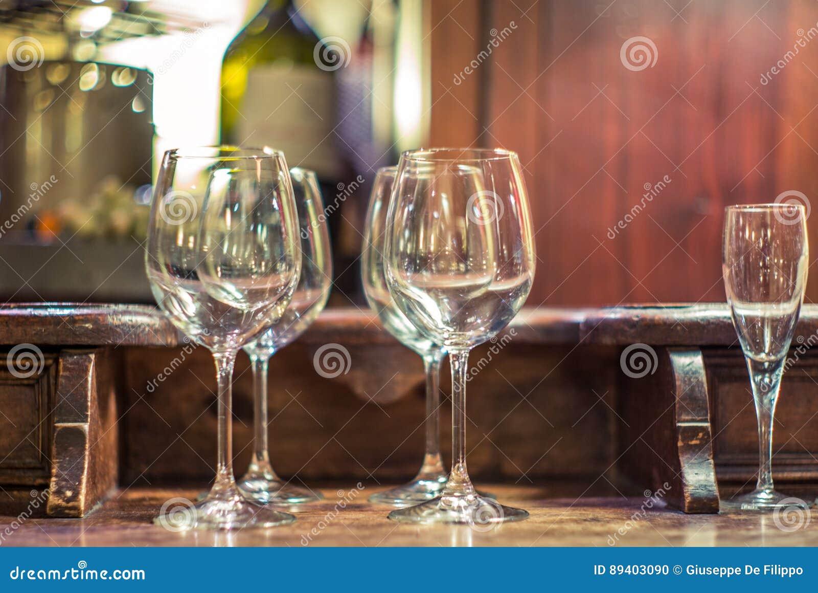 Vidros de vinho tinto em um restaurante em Milão - 2