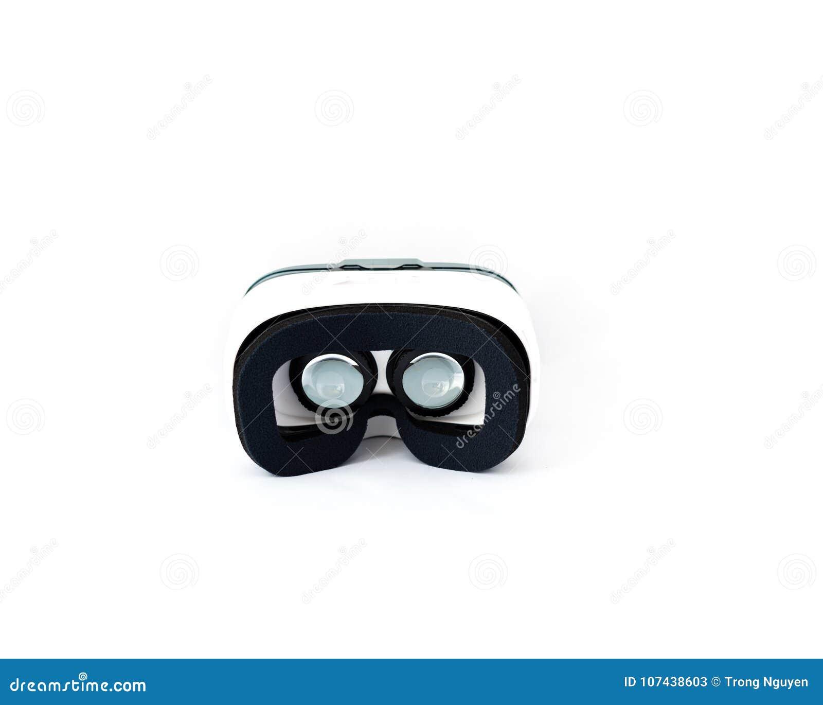Vidros de VR ou auriculares da realidade virtual isolados no branco