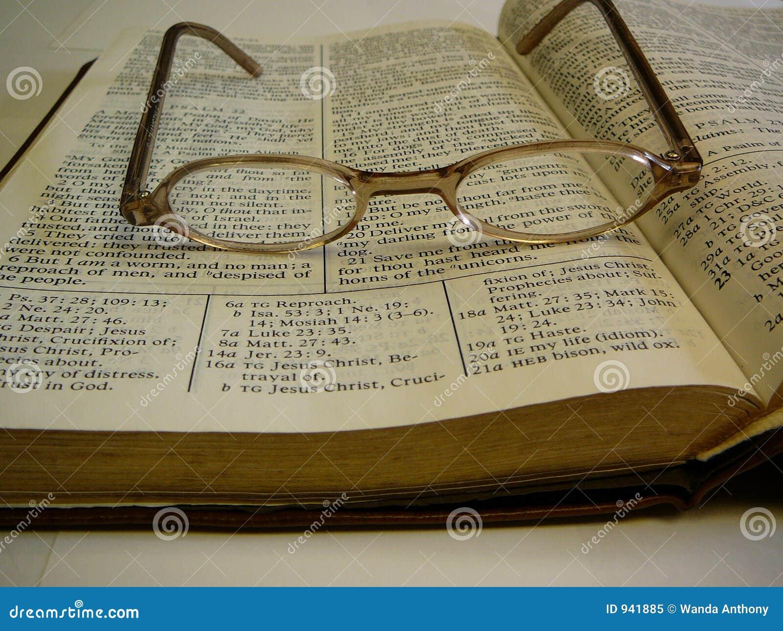 Vidros do olho da Bíblia do estudo na parte superior
