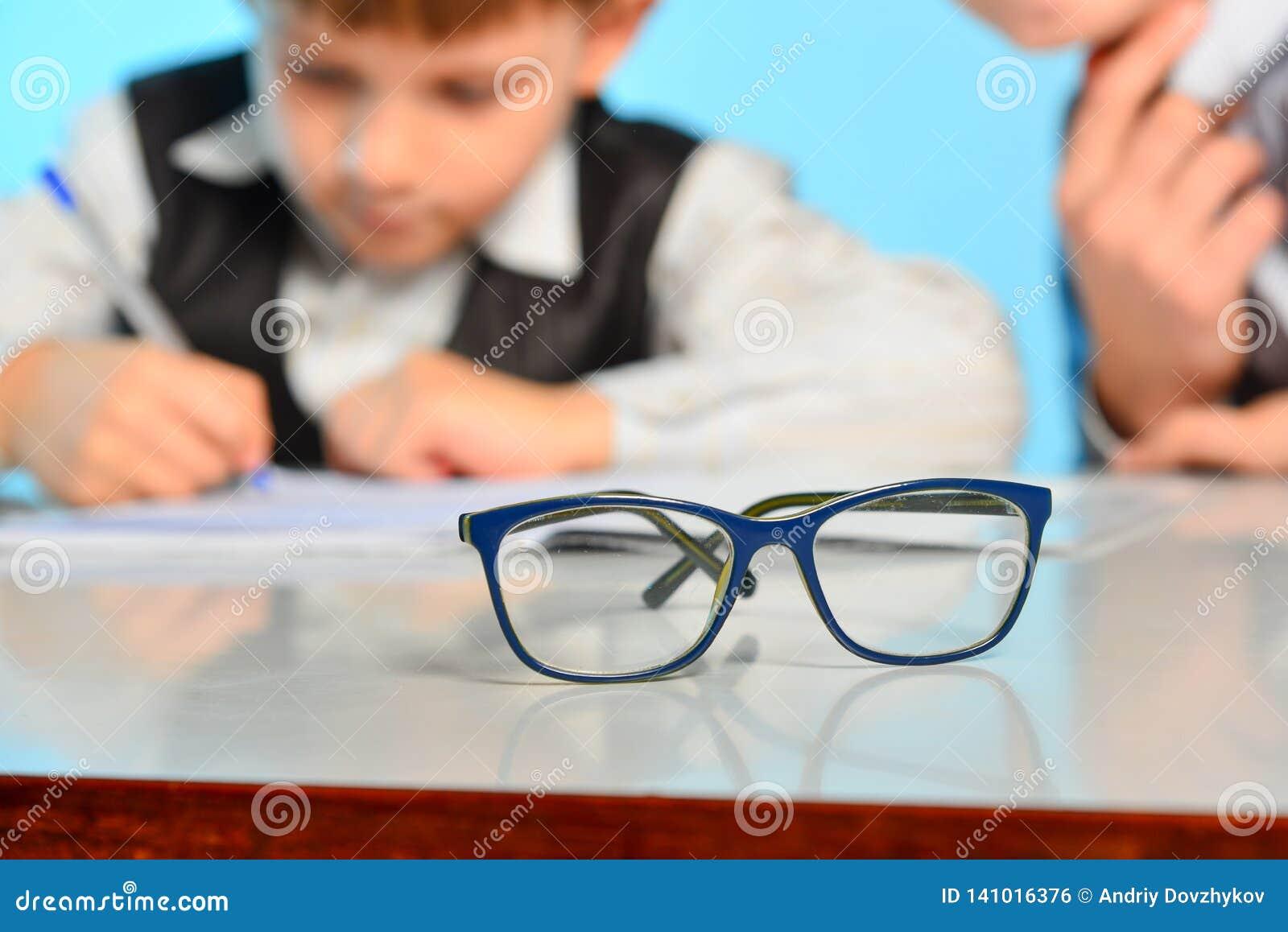 Vidros para a vista na perspectiva das crianças que fazem lições na escola